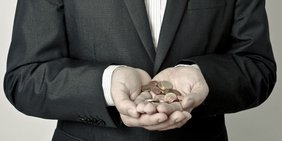Ein Banker hält Geld in den Händen