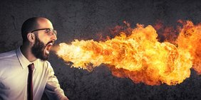 Geschäftsmann spuckt Feuer